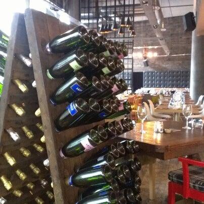 Foto tomada en The Refinery Bar por Anita L. el 7/1/2012