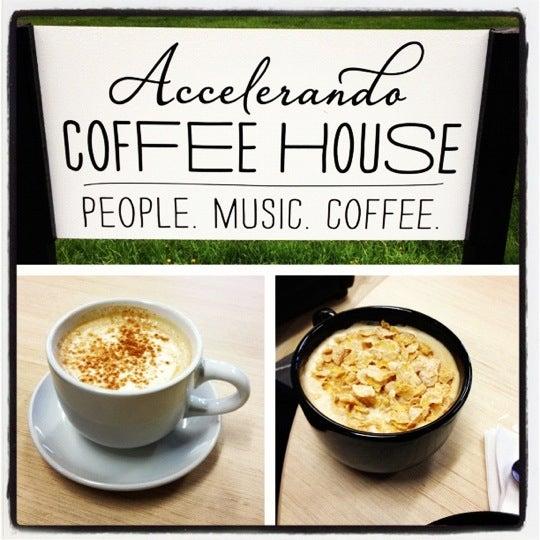Foto tirada no(a) Accelerando Coffee House por Christi L. em 4/7/2012