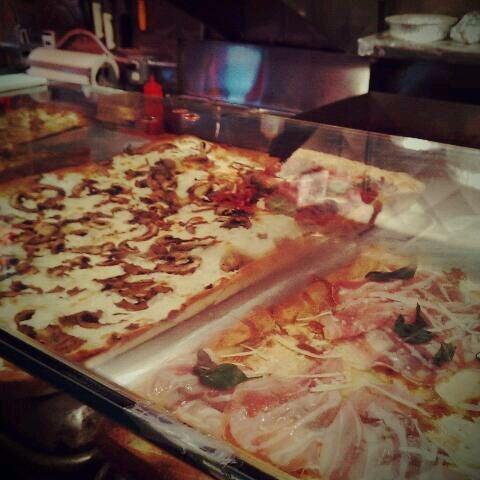 Foto tomada en Nonna's L.E.S. Pizzeria por hafeez r. el 10/11/2011