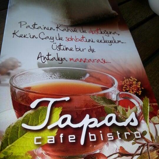 Photo prise au Tapas Cafe Bistro par Nagehan E. le8/26/2012