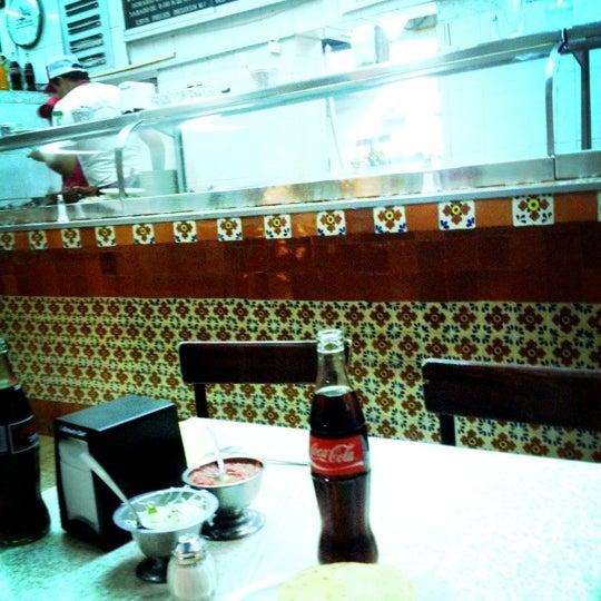 Foto diambil di Taquería El Jarocho oleh Paola N. pada 6/1/2012