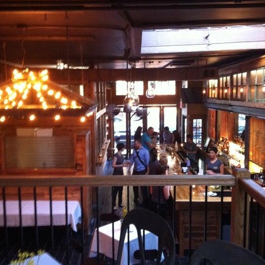 6/13/2011 tarihinde Jeremy B.ziyaretçi tarafından Two Door Tavern'de çekilen fotoğraf