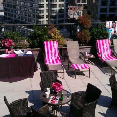 Снимок сделан в The Empire Hotel Rooftop пользователем Lorna S. 9/12/2011
