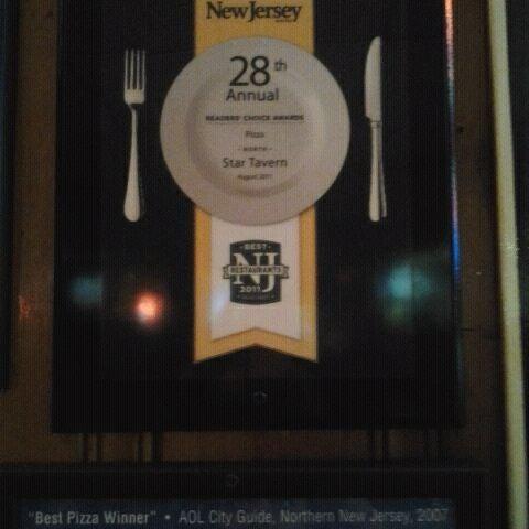 รูปภาพถ่ายที่ Star Tavern Pizzeria โดย Ashes เมื่อ 10/18/2011