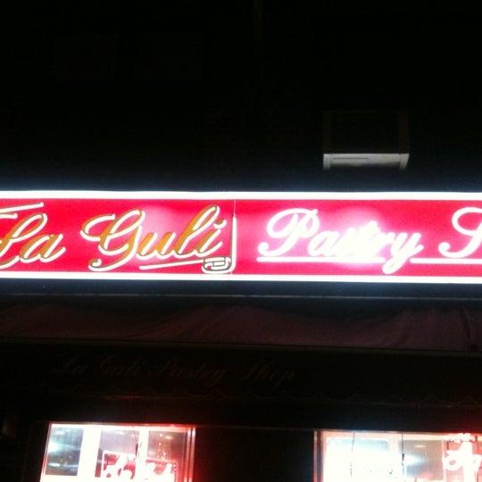 Foto tomada en LaGuli Pastry Shop por J. D. el 4/9/2011