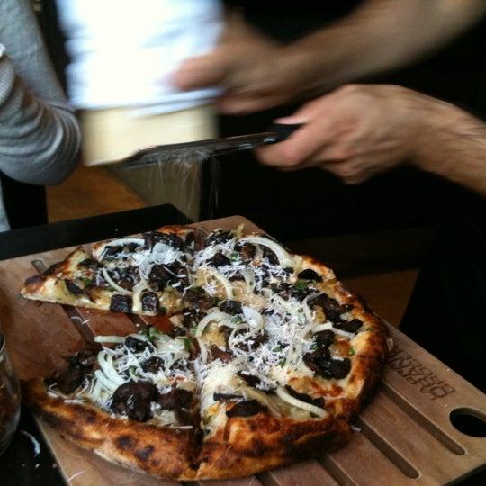 8/9/2011 tarihinde Julie B.ziyaretçi tarafından The Luggage Room Pizzeria'de çekilen fotoğraf