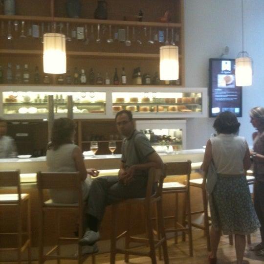 Foto scattata a Poncelet Cheese Bar da S V. il 8/5/2011