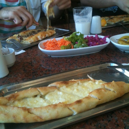 รูปภาพถ่ายที่ Pide Ban โดย Zeynep İ. เมื่อ 6/9/2012