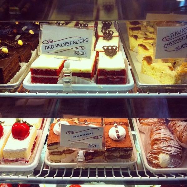 Foto tomada en LaGuli Pastry Shop por David F. el 10/17/2011