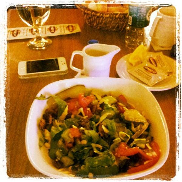Foto tomada en Dudu Cafe Restaurant por L G. el 4/23/2012