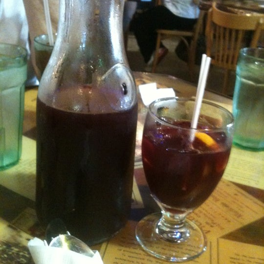 Foto diambil di El Meson de Pepe Restaurant & Bar oleh Victoria W. pada 8/5/2011