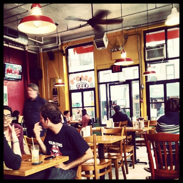 Photo prise au Brad's NYU par Maxwell F. le5/1/2012
