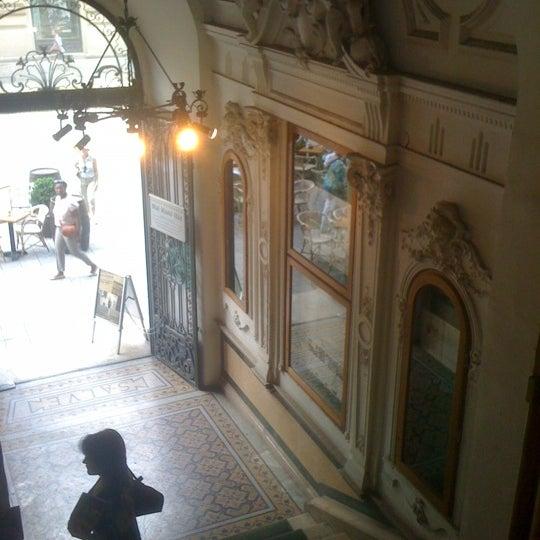 Foto tirada no(a) Mai Manó Gallery and Bookshop por Andras K. em 6/9/2012