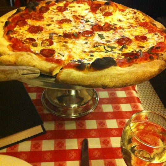 Das Foto wurde bei Lombardi's Coal Oven Pizza von Alisa am 5/26/2012 aufgenommen
