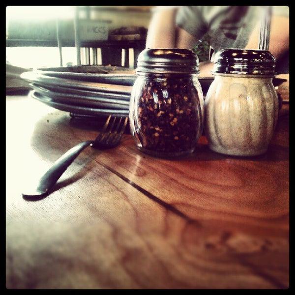 Foto tomada en West Crust Artisan Pizza por Carrie Meghan F. el 6/27/2012