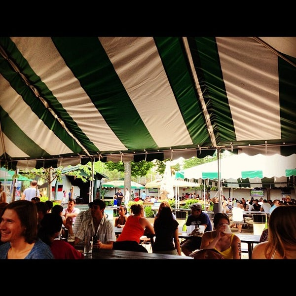 7/8/2012 tarihinde Jon M.ziyaretçi tarafından Bohemian Hall & Beer Garden'de çekilen fotoğraf