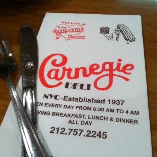 Foto tomada en Carnegie Deli por Tara P. el 4/12/2012