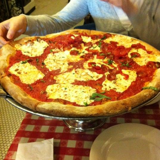 Das Foto wurde bei Lombardi's Coal Oven Pizza von Erik C. am 4/13/2012 aufgenommen