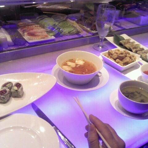 Foto tirada no(a) Nisen Sushi por Derrick P. em 11/27/2011