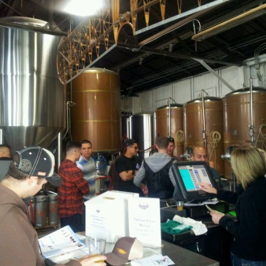 Foto tirada no(a) Hangar 24 Craft Brewery por Joaquin R. em 3/16/2012