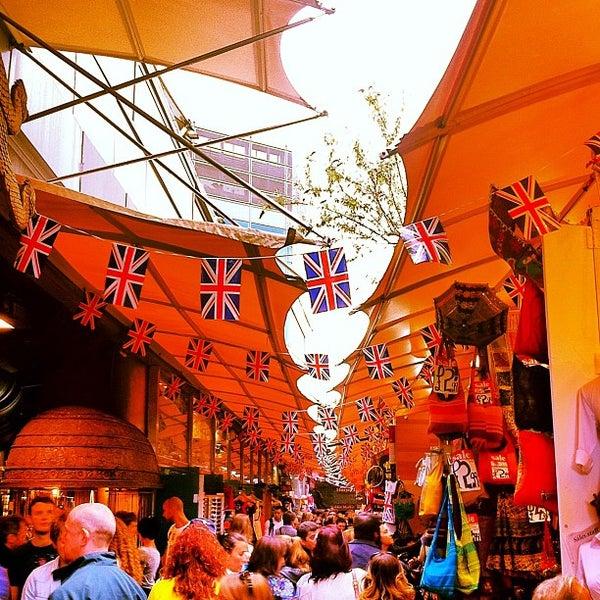 Foto tirada no(a) Camden Stables Market por Douglas D. em 6/17/2012