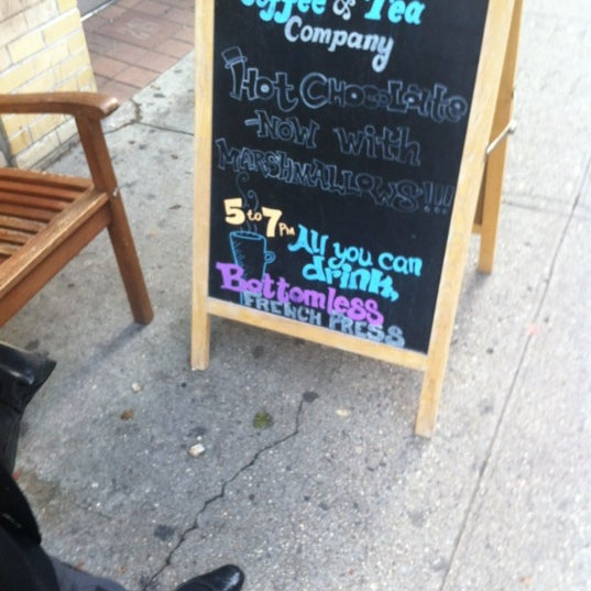 Foto tomada en Ports Coffee & Tea Co. por Alan Z. el 12/22/2011