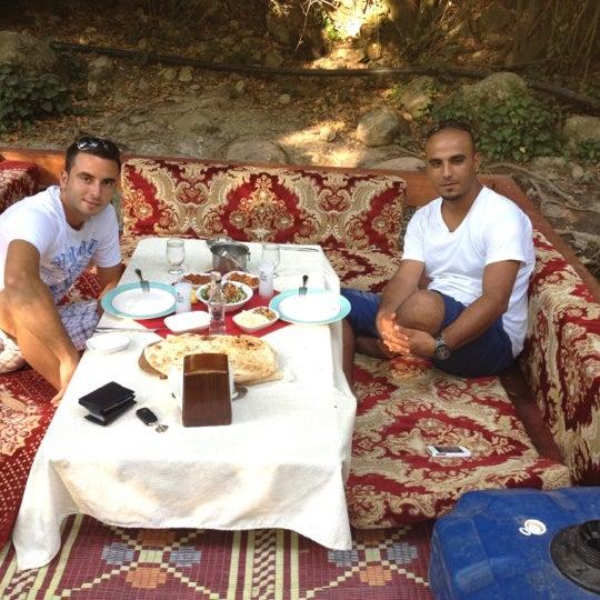 7/13/2012 tarihinde Seriziyaretçi tarafından Kaş Türkmen Sofrasi'de çekilen fotoğraf