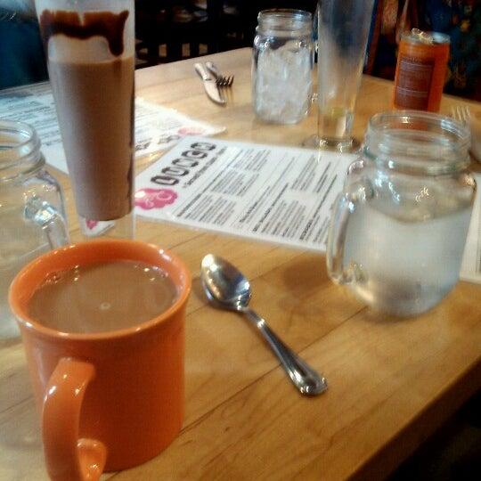 รูปภาพถ่ายที่ Jelly Cafe โดย Tristyn J. เมื่อ 7/30/2012