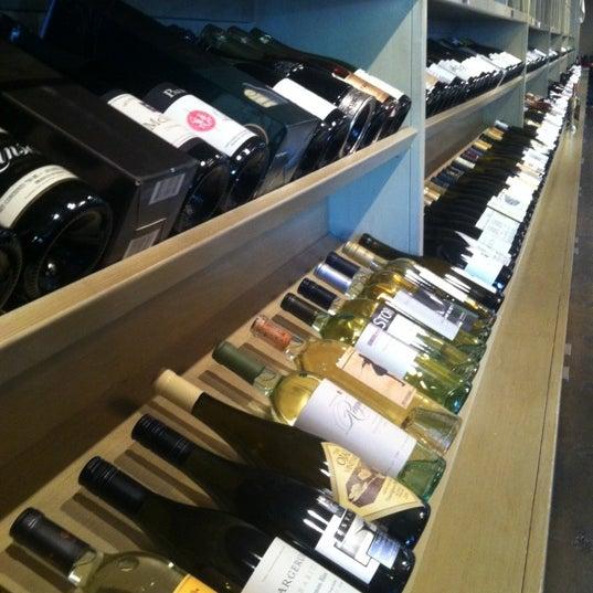 Foto scattata a Los Olivos Wine Merchant Cafe da Reyn H. il 5/6/2012