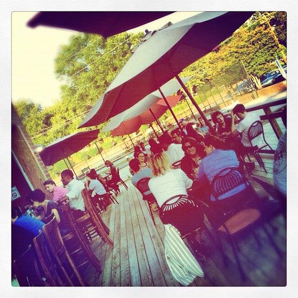 รูปภาพถ่ายที่ Tyler's Restaurant & Taproom โดย AJ V. เมื่อ 6/28/2012