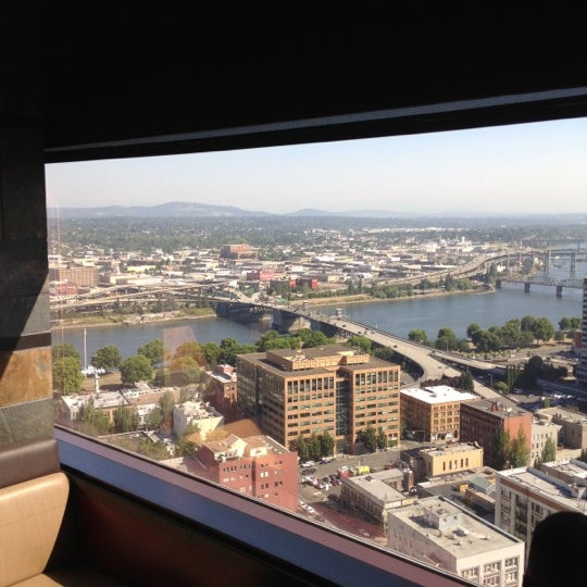 Foto tomada en Portland City Grill por Mike L. el 8/17/2012