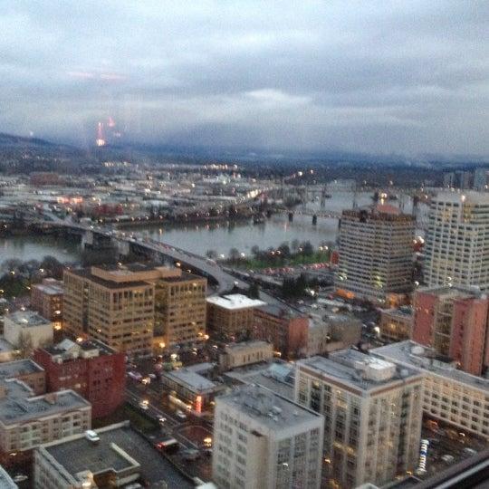Foto tomada en Portland City Grill por PDXHappyHour G. el 2/15/2012