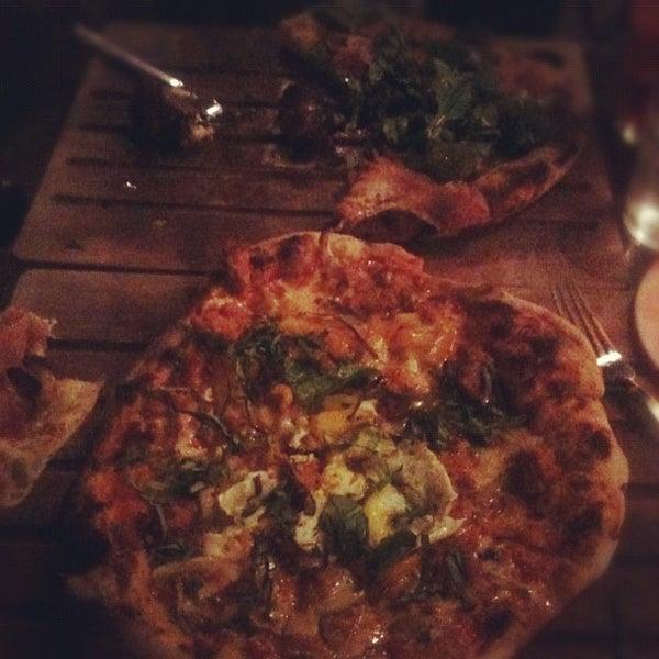 4/28/2012 tarihinde Sal E.ziyaretçi tarafından The Luggage Room Pizzeria'de çekilen fotoğraf