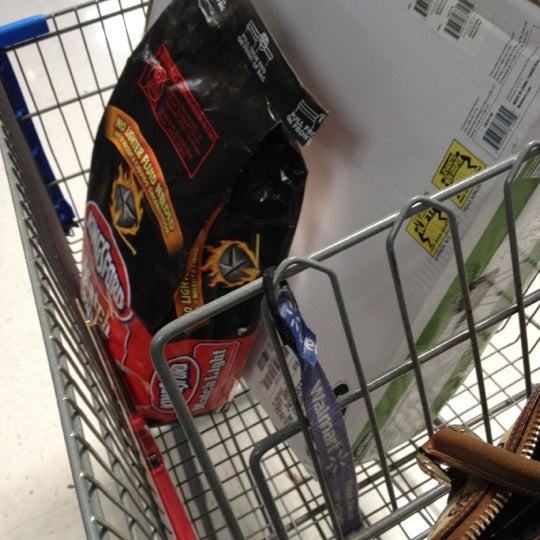 Das Foto wurde bei Walmart von InTheMixWithTre am 5/1/2012 aufgenommen