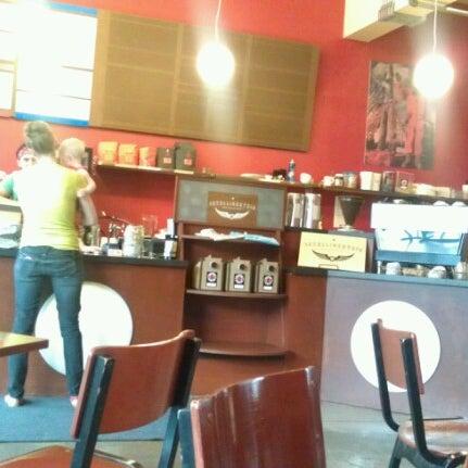 Снимок сделан в Mars Cafe пользователем Romelle S. 8/16/2012