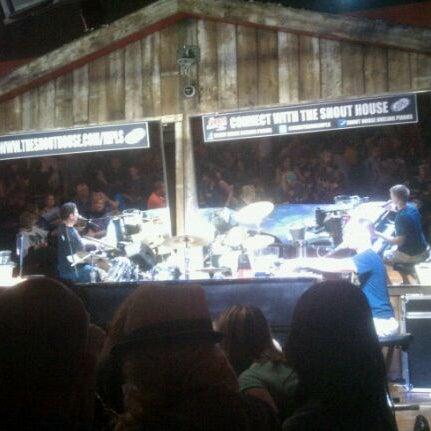 Das Foto wurde bei Shout House Dueling Pianos von John M. am 9/29/2011 aufgenommen