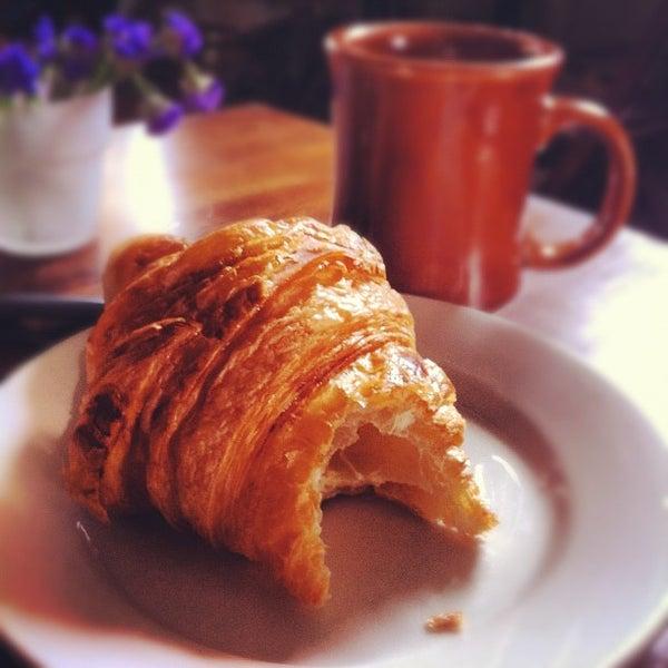 รูปภาพถ่ายที่ The West—Coffeehouse & Bar โดย Hillel เมื่อ 6/17/2012