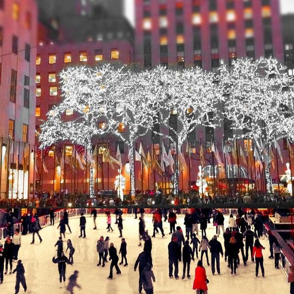 Das Foto wurde bei The Rink at Rockefeller Center von Suzanne P. am 11/26/2011 aufgenommen