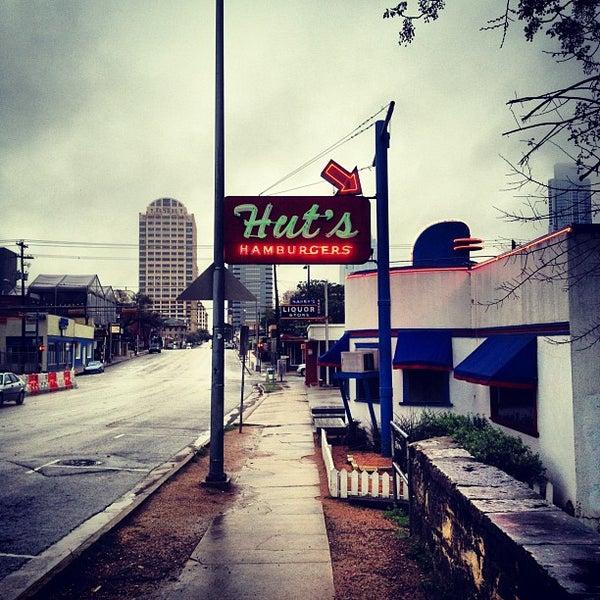 Foto tirada no(a) Hut's Hamburgers por Ian A. em 3/10/2012