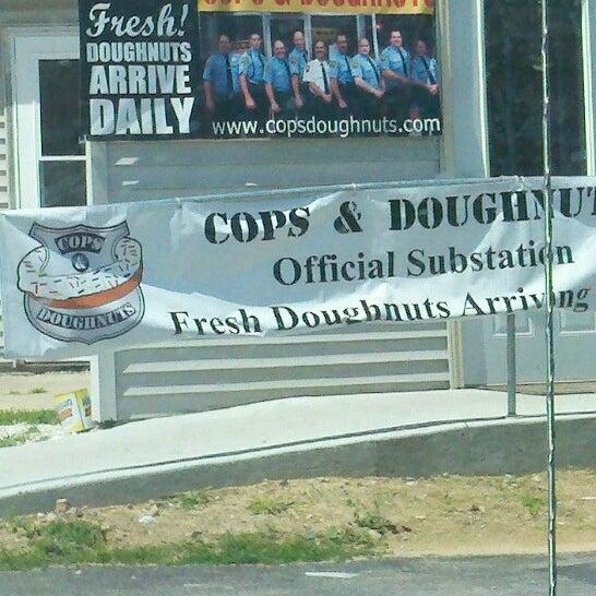 รูปภาพถ่ายที่ Cops & Doughnuts Bakery โดย annette m. เมื่อ 7/31/2012