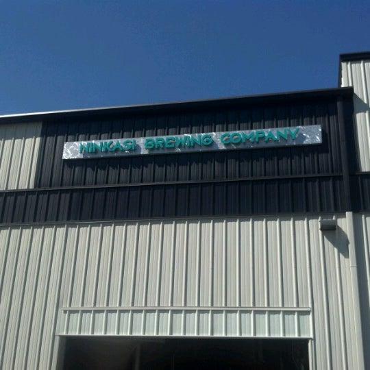 รูปภาพถ่ายที่ Ninkasi Brewing Tasting Room โดย Thomas P. เมื่อ 8/7/2012