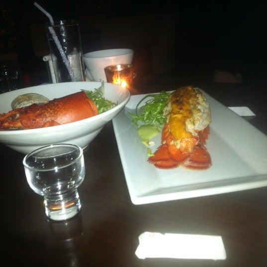 Photo prise au HaChi Restaurant & Lounge par Richard B. le8/4/2012