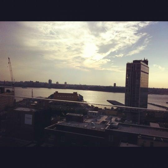 Foto scattata a Plunge Rooftop Bar & Lounge da Caitlin C. il 8/4/2012