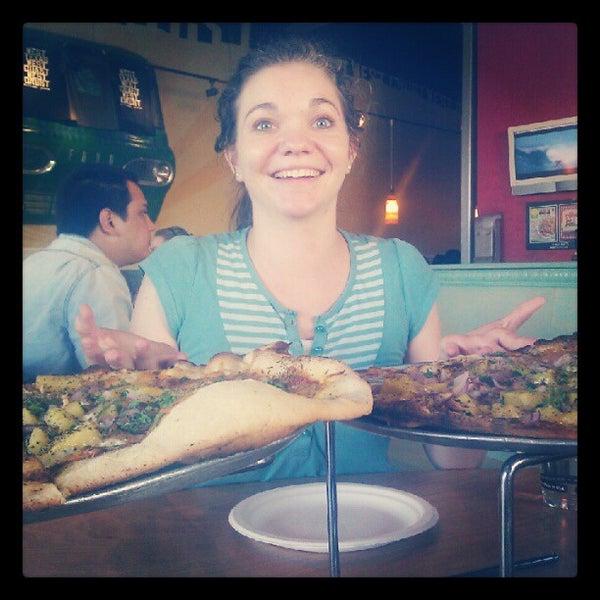 Foto tomada en West Crust Artisan Pizza por Carrie Meghan F. el 6/26/2012