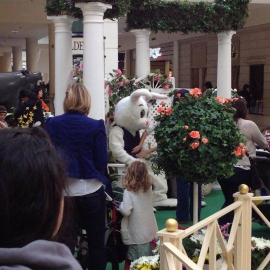Foto tomada en Hillsdale Shopping Center por Alexandra S. el 4/1/2012