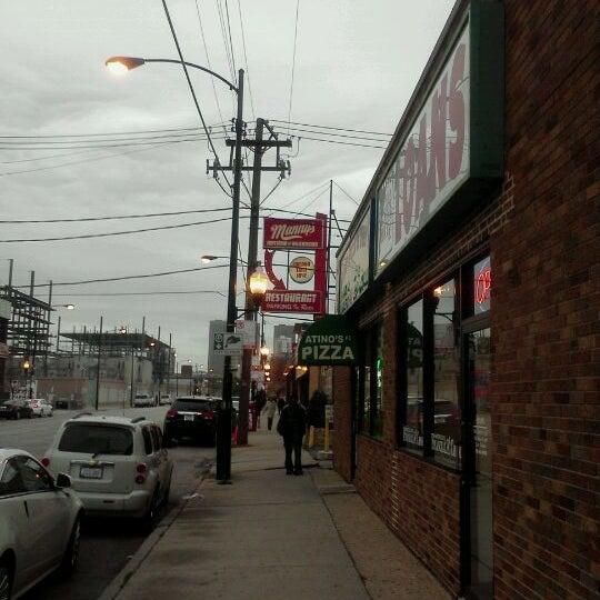 Foto diambil di Manny's Cafeteria & Delicatessen oleh Mario M. pada 11/14/2011