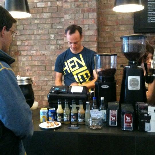 6/24/2011 tarihinde Edward K.ziyaretçi tarafından Kaffeine'de çekilen fotoğraf
