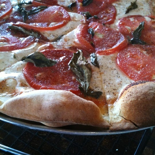Foto tomada en West Crust Artisan Pizza por Lisa D. el 8/19/2011