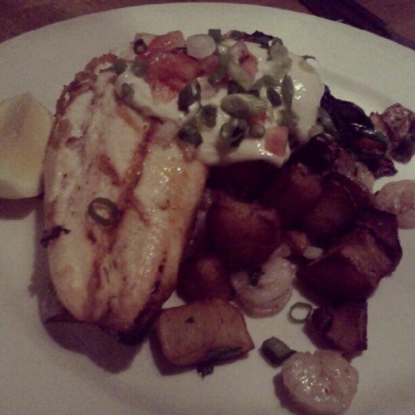 Foto tomada en Southridge Seafood Grill por Malia Y. el 6/18/2012