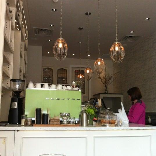 Foto tomada en Tori's Bakeshop por Lindsay B. el 3/16/2012